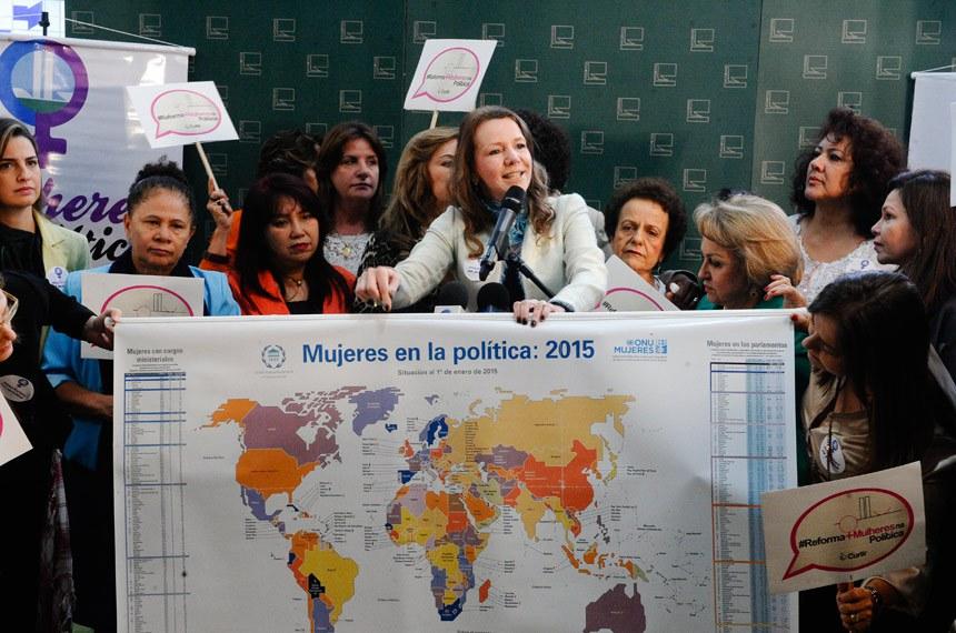 """""""Queremos pedir o apoio a uma causa que não é só das mulheres, mas da democracia e da sociedade"""", defendeu a senadora Vanessa Grazziotin"""