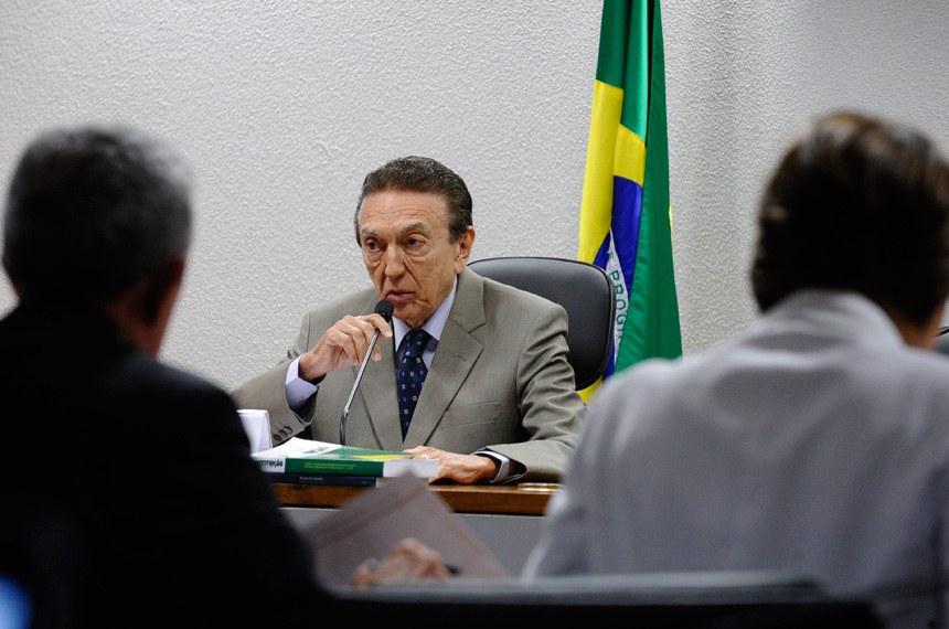 Para o presidente da CAS, Edison Lobão (PMDB-MA), não se deve punir o capital em tempos de crise