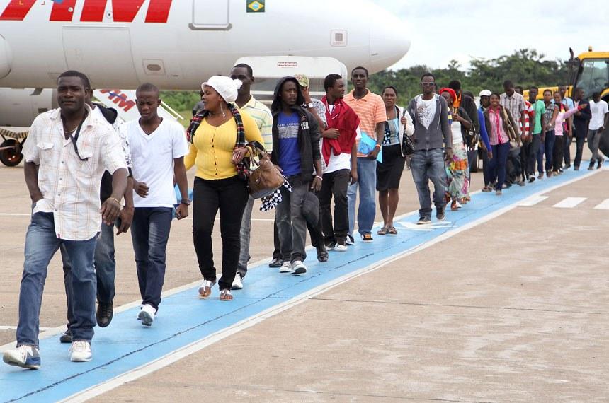 Haitianos embarcaram em voo fretado de Rio Branco com destino a Porto Velho, em busca de oportunidades de emprego. Mais de 40 mil já chegaram ao Brasil desde 2010