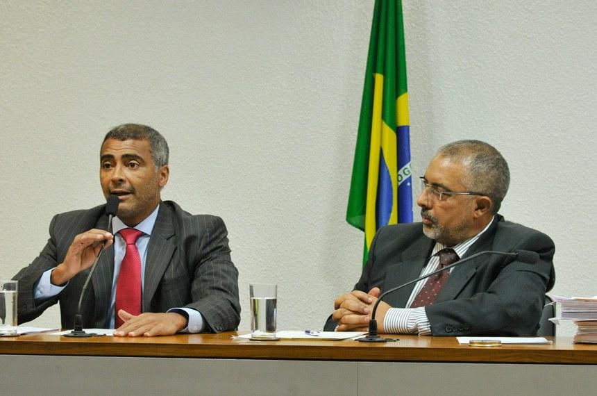 Romário relatou o projeto, que é de autoria de Paulo Paim