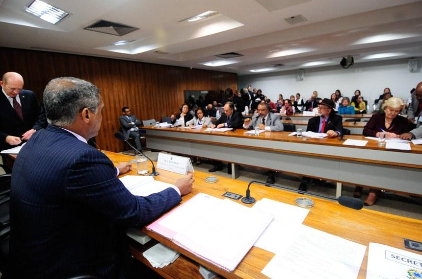 Liberadas ontem pelo Supremo, as biografias não autorizadas voltarão a ser discutidas na Comissão de Educação do Senado, onde projeto sobre o tema é relatado por Romário