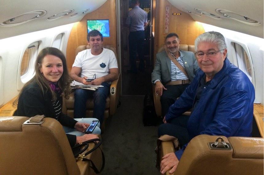 Senadores a bordo do avião que os levou à Venezuela