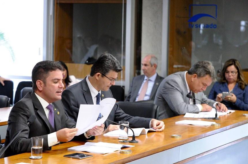 Senador Gladison Camelli lê relatório sobre o projeto do senador Sérgio Petecão (D)