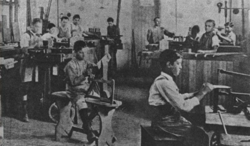 Crianças trabalham em fábrica de sapatos no início do século 20. Em 1927, a atividade dos menores de 12 anos ficou proibida