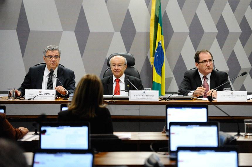 A partir da esquerda, Gustavo Tadeu Alkmim; o senador José Pimentel, que presidiu a sessão da CCJ e o advogado Luiz Cláudio Silva Allemand
