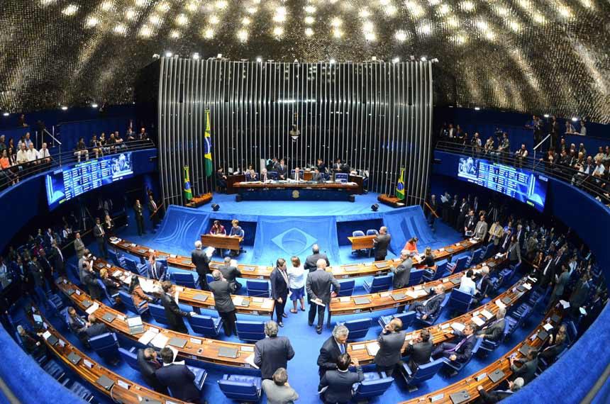 Plenário do Senado reunido na noite de quarta-feira (8)