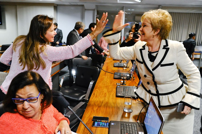 Com Lídice da Mata ao lado, as senadoras Sandra Braga e Marta Suplicy comemoram a  aprovação na Comissão de Reforma Política da proposta de cotas para mulheres nas casas legislativas