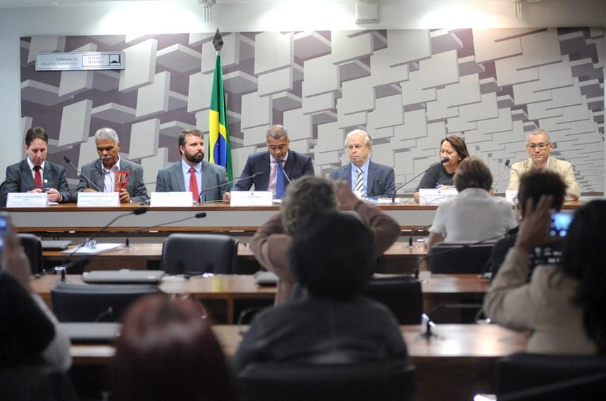 A comissão, presidida por Romário (ao centro), também ouviu ministros como o da Educação, Renato Janine Ribeiro (3º à direita), que falou sobre o impacto do ajuste fiscal na implementação do Plano Nacional de Educação