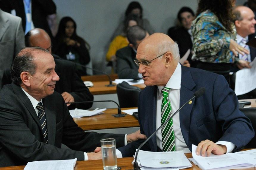 Senador Aloysio Nunes (E), autor do substitutivo ao projeto sobre regulamentação de uso de dados pessoais, e o senador Lasier Martins