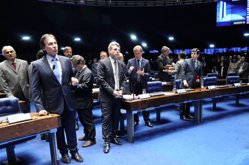 Eunício (no microfone, à esquerda) busca acordo para evitar que mudanças feitas no Senado tornem obrigatória uma nova votação na Câmara do projeto que elimina a desoneração tributária sobre a folha para vários segmentos econômicos