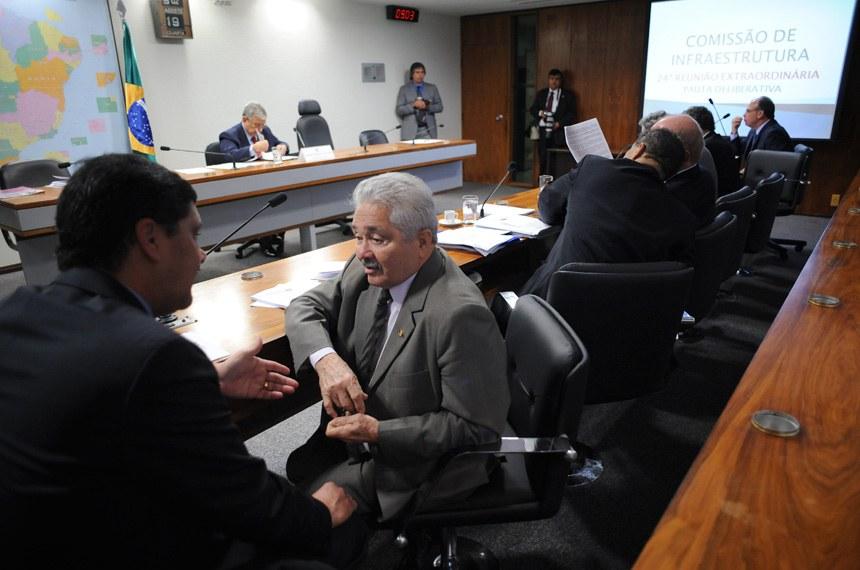Elmano Férrer (à direita) foi o relator do projeto na comissão
