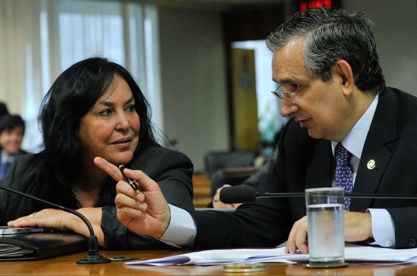Senador Eduardo Amorim (ao lado de Rose de Freitas) deu parecer favorável ao projeto