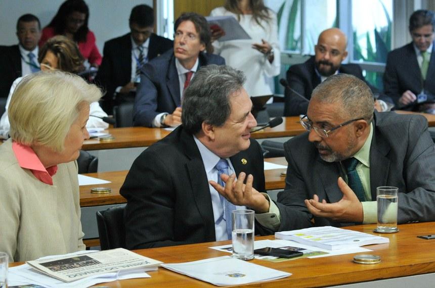 Senadores Paulo Paim (dir.), Waldemir Moka e Ana Amélia na reunião da CAS