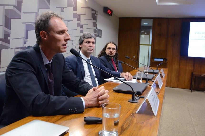 Senador Lindbergh Farias, entre os pesquisadores do Ipea Sérgio Gobetti e Rodrigo Orair (D)