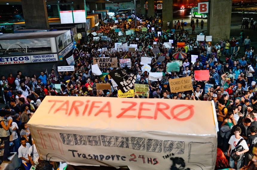 População de Brasília participa, em 2013, dos protestos nacionais que começaram como reivindicações por melhorias no transporte público e contra altas tarifas