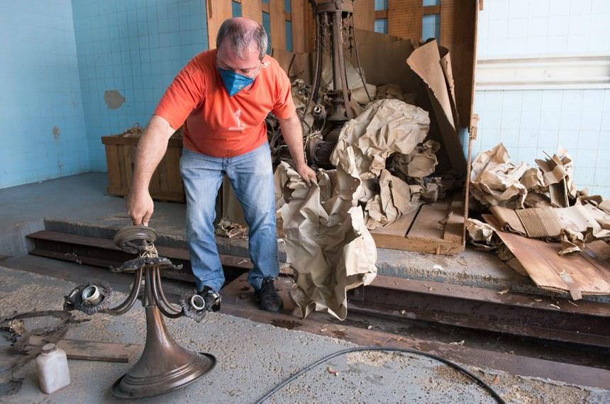 Lustres do antigo Palácio Monroe ficaram guardados em caixotes de madeira por quase 40 anos