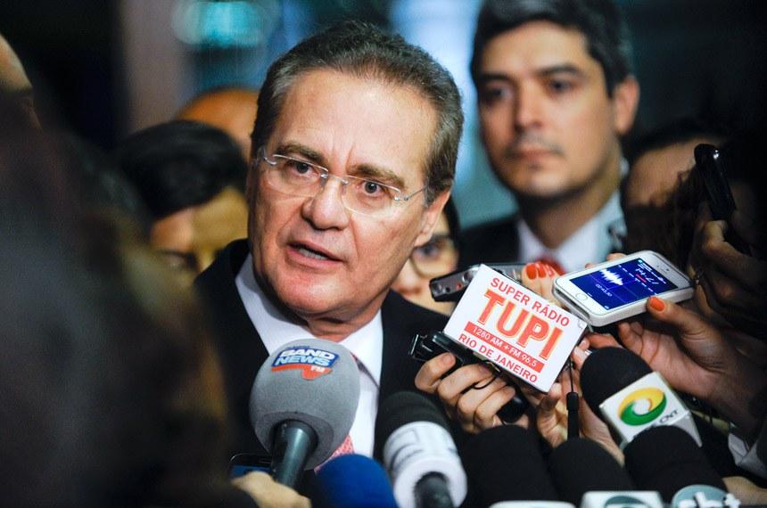 Presidente do Senado, Renan Calheiros, fala à imprensa após a reunião dos líderes: votação dos vetos ficou para a semana seguinte