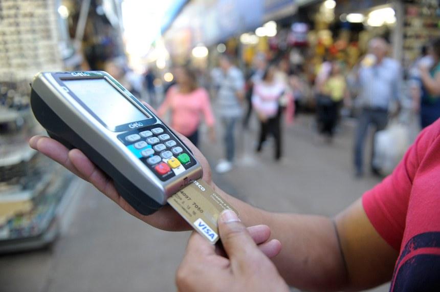 Cartão de crédito é um dos vilões da economia doméstica, responsável pela dívida de quase 80% das famílias que estão no vermelho