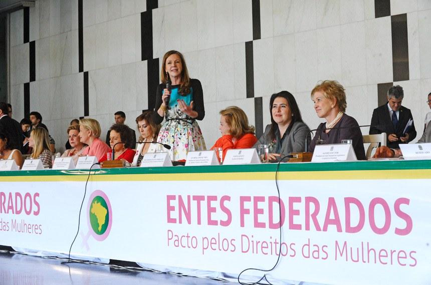 Parlamentares de todo o país discutiram o Pacto Federativo pelos Direitos das Mulheres nesta quarta-feira (14), no Salão Negro do Congresso