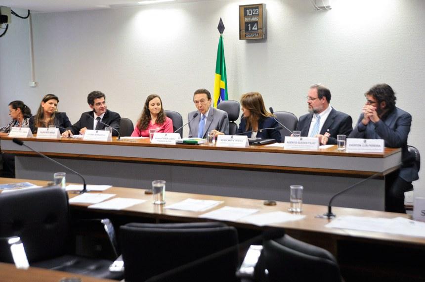 A partir da esquerda, Thays Zocratto, Felipe Braga, Liliane Bernardes, o senador Edison Lobão (presidente da CAS), Rosylane Rocha, Adérito Guedes e Everton Pereira