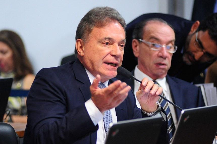 Alvaro Dias relatou o projeto aprovado pela CCJ