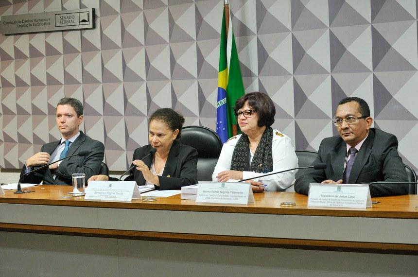 A partir da esquerda, Fabiano Augusto Martins Silveira, senadora Regina Sousa, Norma Esther Negrete Calpineiro e o promotor Francisco de Jesus Lima