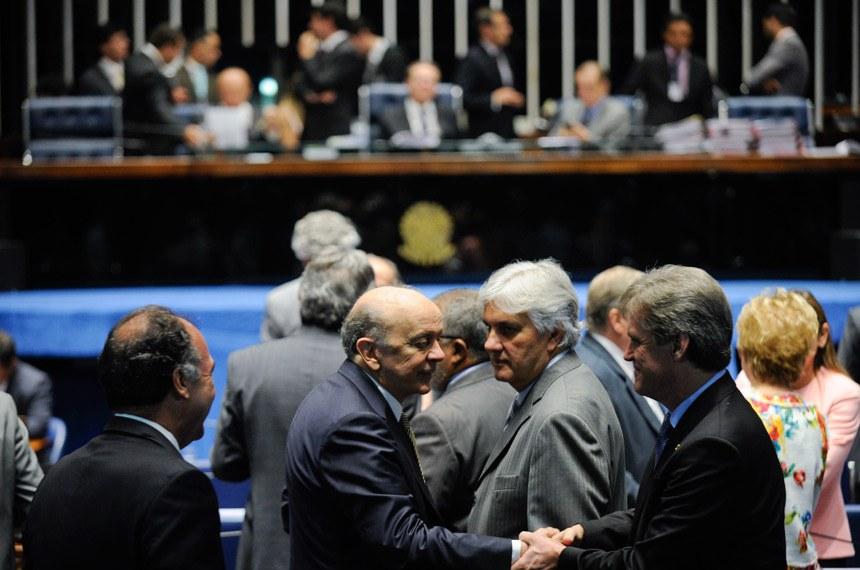 José Serra é cumprimentado na sessão do Plenário do Senado em que o seu projeto foi aprovado