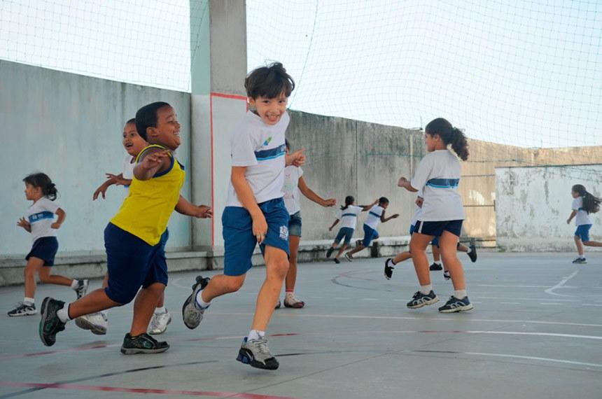 Atividade desportiva no Ciep Pablo Neruda, escola pública municipal em Jacarepaguá, Rio de Janeiro