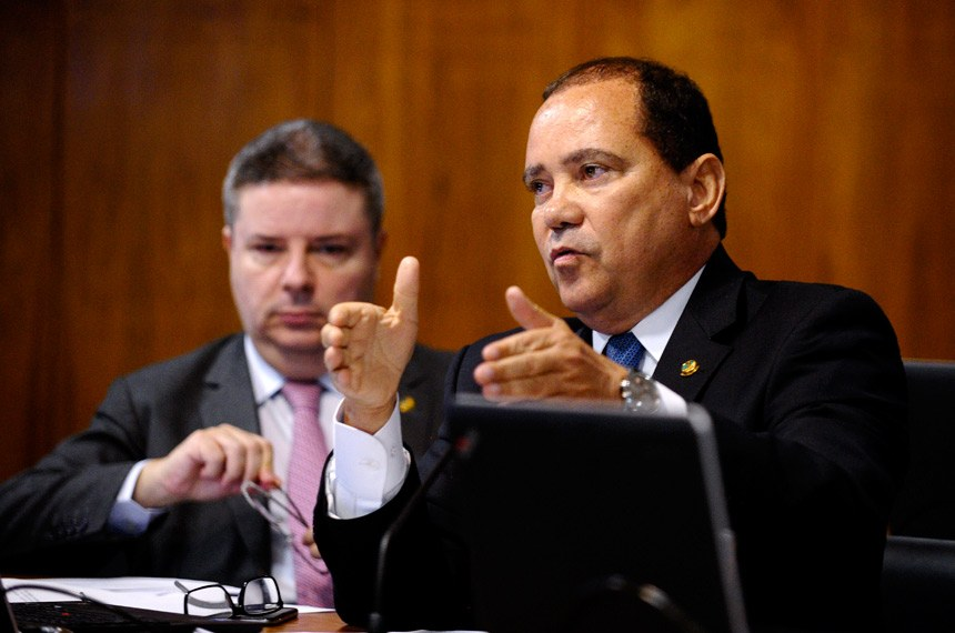 Vicentinho Alves defende a aprovação da PEC. Anastasia, ao fundo, é contra.
