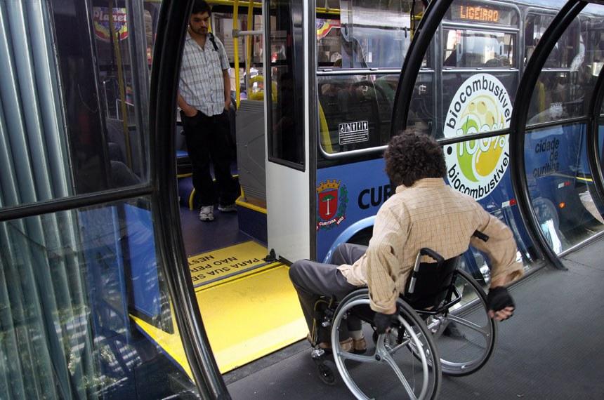 Cadeirante entra em ônibus através de rampa