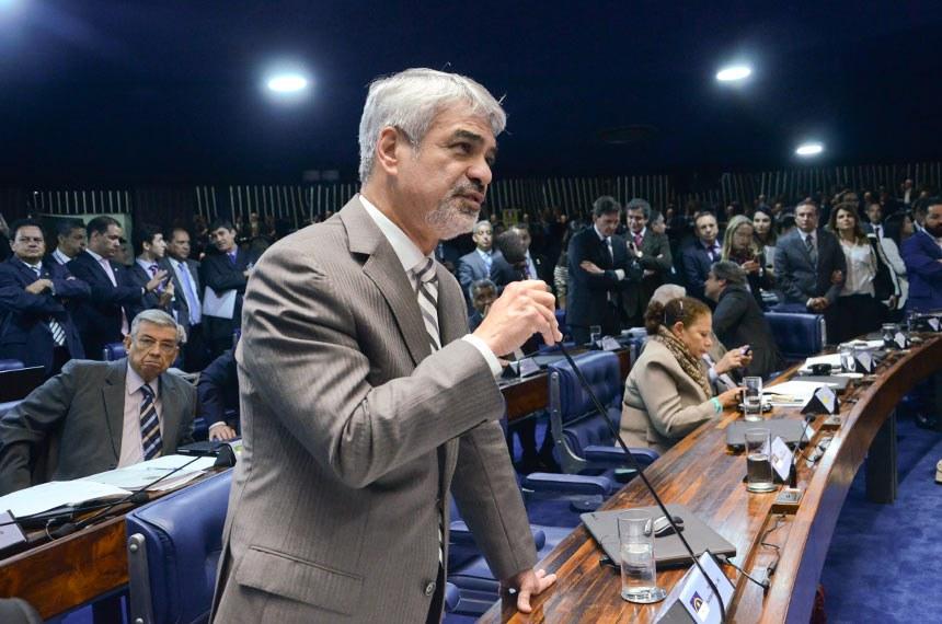 """Líder do PT, Humberto Costa avaliou que autorizar a prisão de um parlamentar no exercício do mandato abriria um precedente """"perigoso"""""""