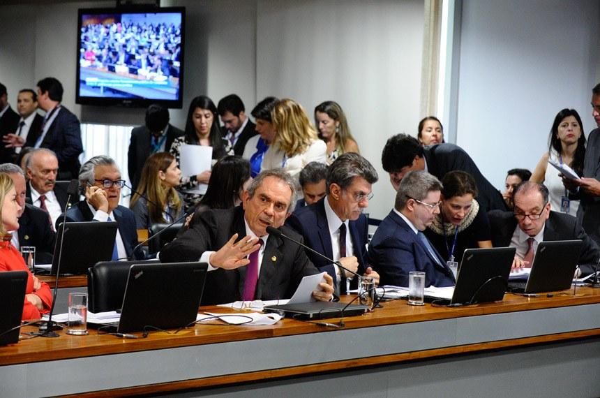 O relator, Raimundo Lira, sugeriu a divisão da PEC da reforma política em duas propostas