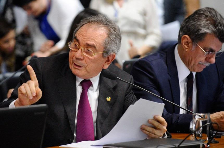 Raimundo Lira (à esq.) sugeriu alternativa que poderia levar o fim da reeleição à promulgação imediata, mas Jucá propõe tratar o tema em uma PEC exclusiva