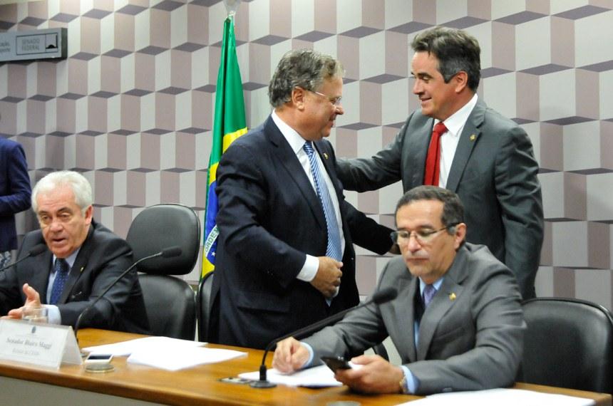 De pé, Blairo Maggi (relator) e Ciro Nogueira (autor do projeto) se cumprimentam. Ao lado deles, o presidente da comissão especial, Otto Alencar, e o senador Douglas Cintra