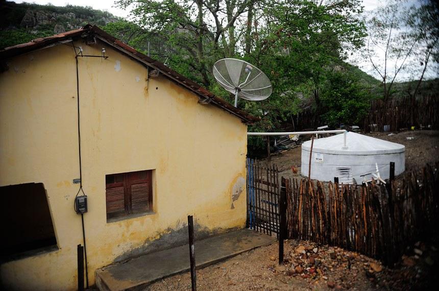 Cisterna para captação e armazenamento de água da chuva em uma casa ao lado do Açude do Cedro, que começou a ser construído no Império e hoje não abastece mais a cidade de Quixadá (CE)