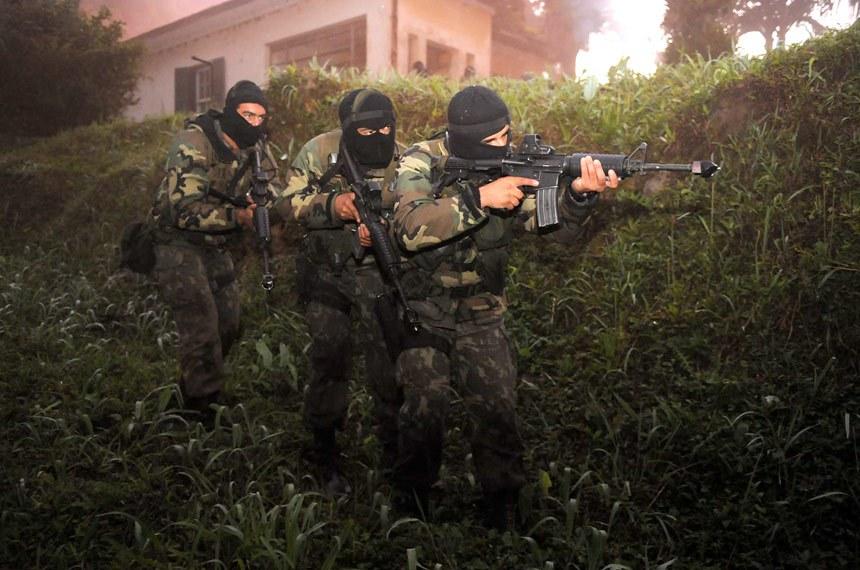 Grupo das Forças Armadas em treinamento para combater possíveis ameaças de terrorismo no país