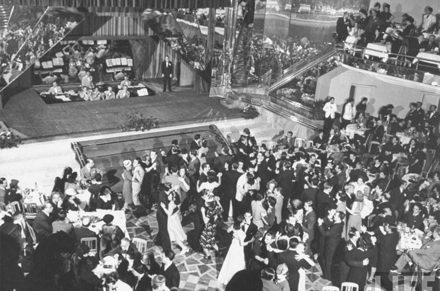 Frequentadores se divertem no salão de baile do Cassino da Urca em 1941: cassinos iam além dos jogos