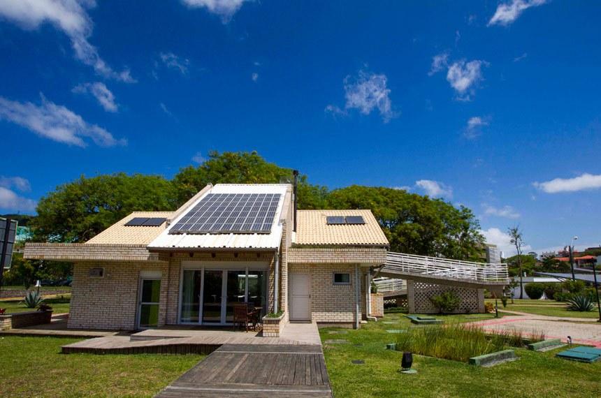 A energia deve ser produzida a partir de fontes solar, hidráulica, eólica ou de biomassa e a casa em que será gerada tem que ser do beneficiado do FGTS