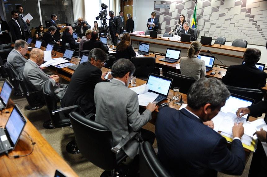 Reunião da CAE, presidida pelo senador Raimundo Lira, em que foi aprovado o Projeto de Lei da Câmara (PLC) 167/2015
