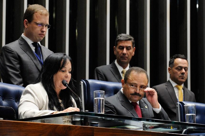 Rose de Freitas fez a leitura do texto da Emenda Constitucional 91/2016 na sessão presidida pelo deputado Waldir Maranhão