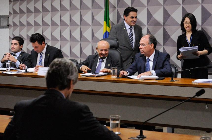 Senadores José Pimentel e Fernando Bezerra Coelho durante a escolha da direção da comissão mista da MP 707
