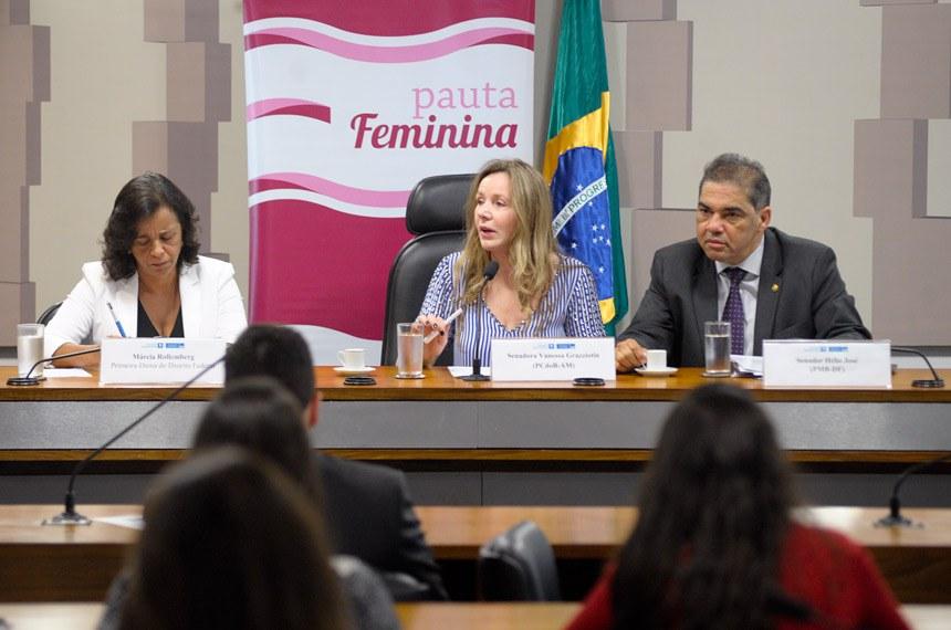 O debate do evento Pauta Feminina foi conduzido pelos senadores Vanessa Grazziotin (centro) e Hélio José (à direita)
