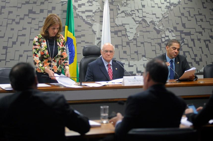 Antes de iniciar as votações de projetos, os integrantes da comissão devem confirmar o senador Lasier Martins (PDT-RS), no centro da foto, como novo presidente do colegiado, em substituição a Cristovam Buarque (PPS-DF)