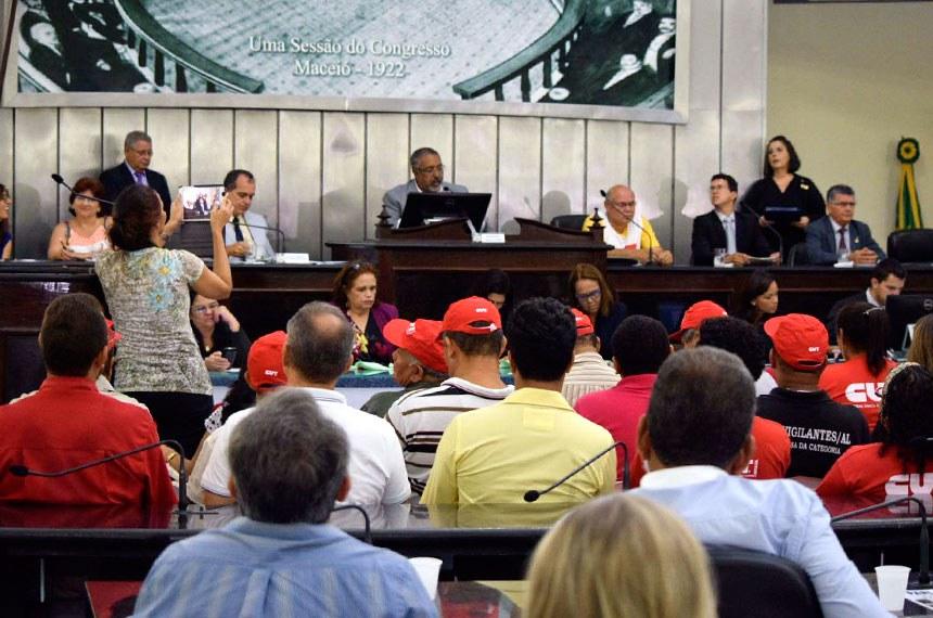 O PLC 30/2015, que altera as regras da terceirização de trabalhadores, foi tema de audiência nesta sexta-feira (26), na Assembleia Legislativa de Alagoas.