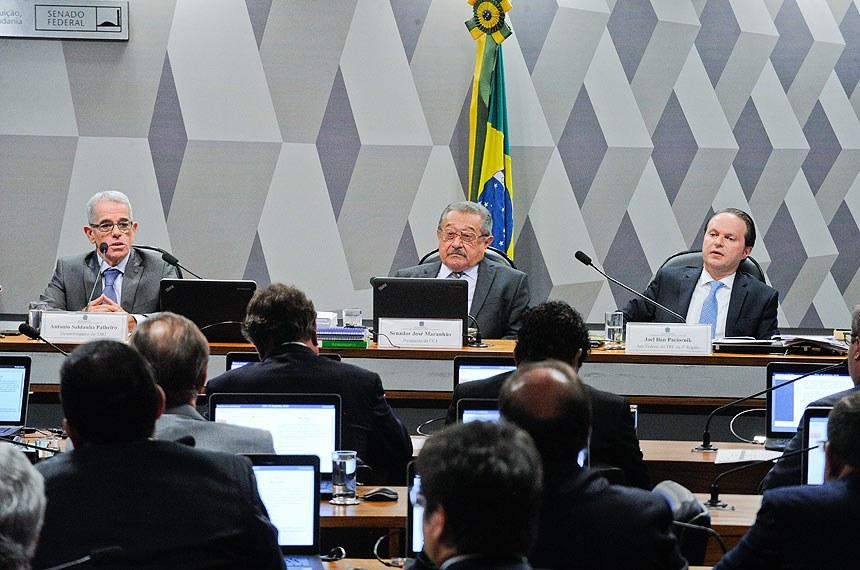 Desembargador Antonio Saldanha Palheiro, senador José Maranhão e juiz federal Joel Ilan Paciornik diante do Plenário da CCJ