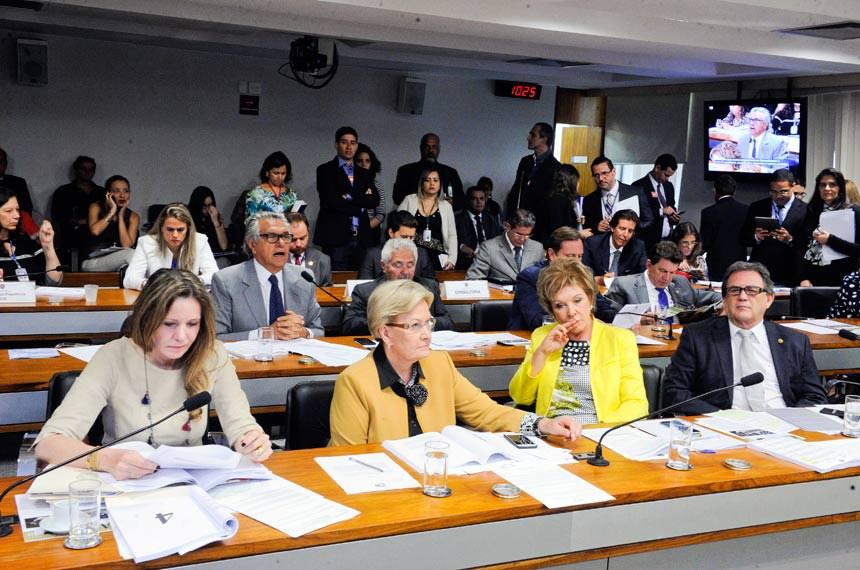 Senadora Ana Amélia (2ª à esq.) relatou a proposta