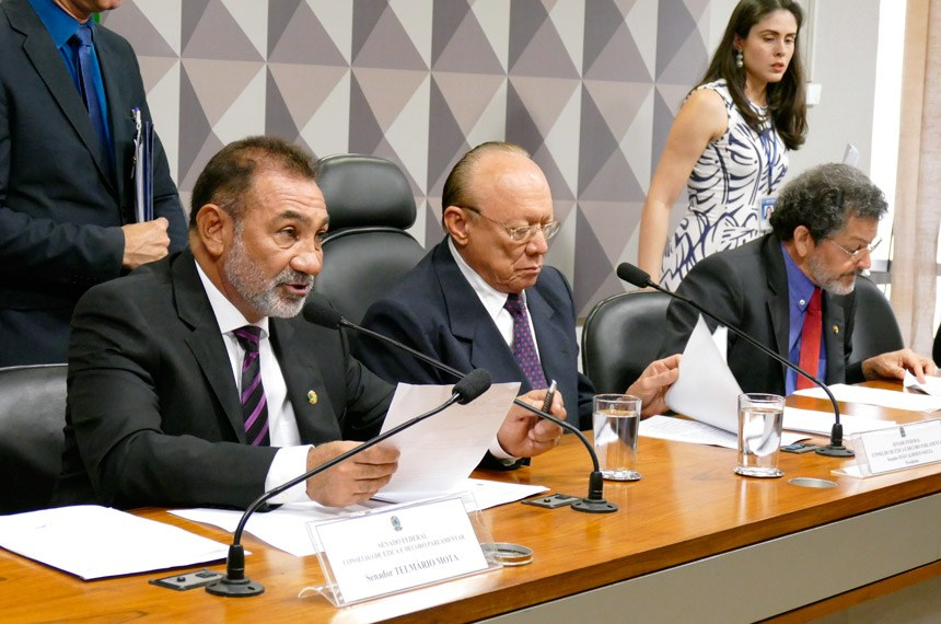 Senador Telmário Mota, relator do processo contra Delcídio; João Alberto Souza, presidente do conselho; e Paulo Rocha (PT-PA)