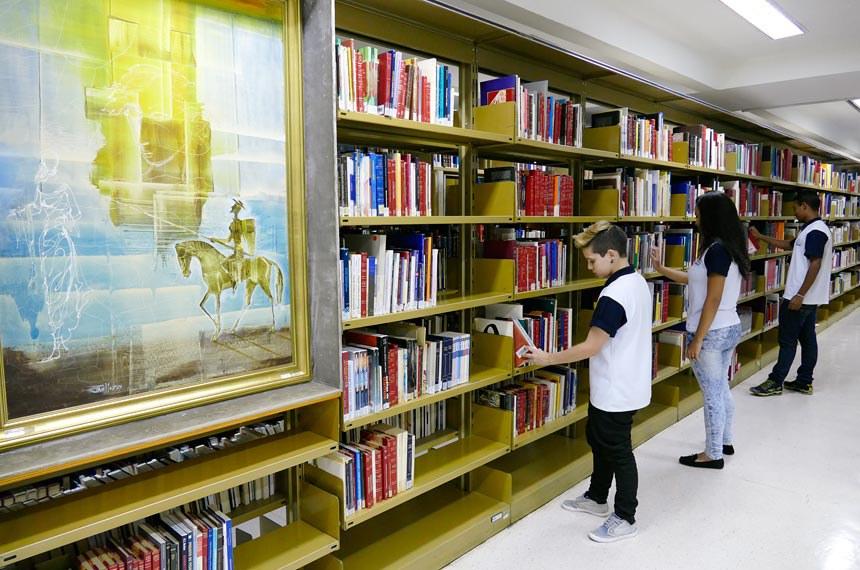A Biblioteca do Senado é um dos setores em que trabalham os adolescentes beneficiados pelo Programa Jovem Aprendiz