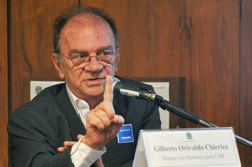 O pesquisador de São Carlos Gilberto Chierice, que desenvolveu a fosfoetanolamina sintética