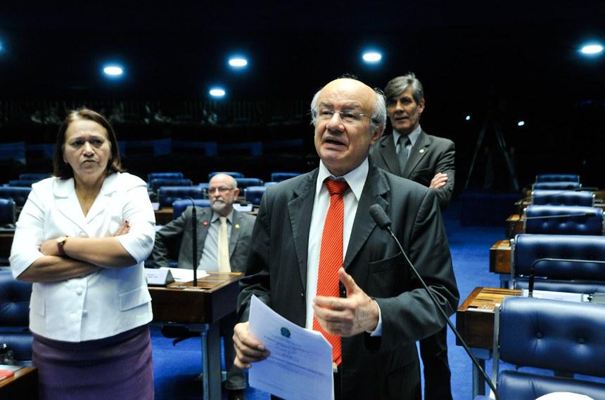 José Pimentel (ao microfone), Donizeti Nogueira e Fátima Bezerra criticaram o comportamento do senador goiano